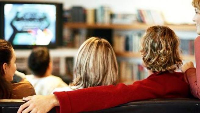 Una familia ve la televisión.
