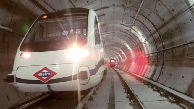 Un convoy del metro de Madrid atravesando uno de los túneles de la red.