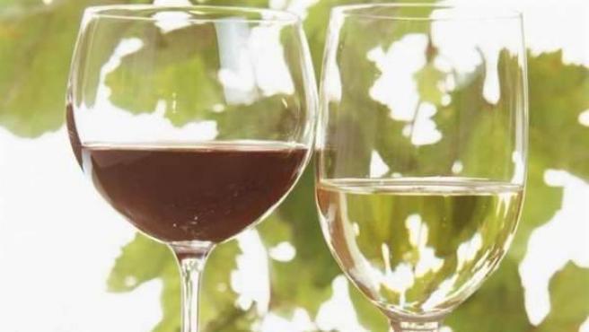 El resveratrol está presente en las uvas con las que se elabora el vino.
