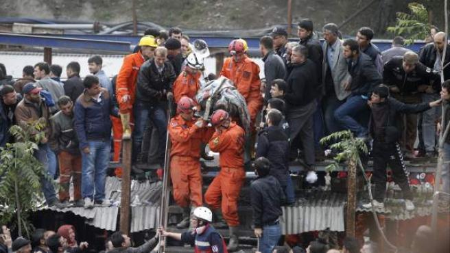 Miembros de los equipos de rescate trasladan el cuerpo sin vida de un minero tras una explosión en Soma en la provincia de Manisa en Turquía. Las tareas de rescate de los más de 400 mineros que quedaron atrapados en una explotación turca continúan entorpecidas por el fuego y los escapes de gas, mientras las autoridades temen que el número de muertos supere los 201.