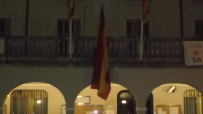 Miembros de 'España en Marcha' han colgado de madrugada una bandera española en el ayuntamiento de Cardedeu (Barcelona).
