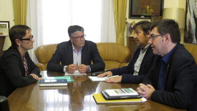 La alcaldesa de Ulldecona, Núria Balaguè; el de Benicarló, Marcelino Domingo; el teniente de alcalde de Alcanar, Manel Martí, y el alcalde de Sant Carles de la Ràpita, Joan Martín (de izquierda a derecha) se han reunido para analizar el informe del Instituto Geográfico Nacional sobre el proyecto Castor y los seísmos.