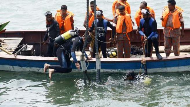 Miembros de los servicios de rescate trabajan en la retirada de las víctimas tras el naufragio del barco MV Miraj 4 en el río Megna cerca de Munshiganj (Bangladesh).