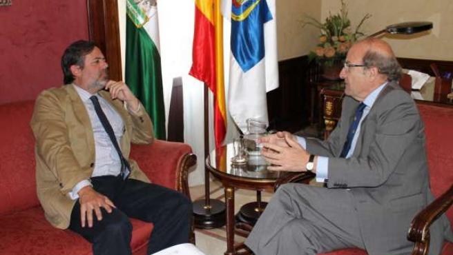 El alcalde de Huelva, Pedro Rodríguez, con el secretario de Estado, Federico Ram