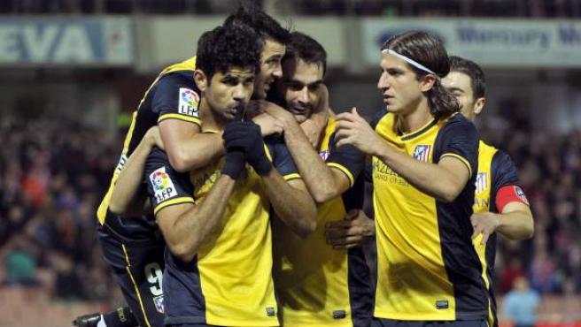 Diego Costa celebra un gol, mientras manda callar al público rival.