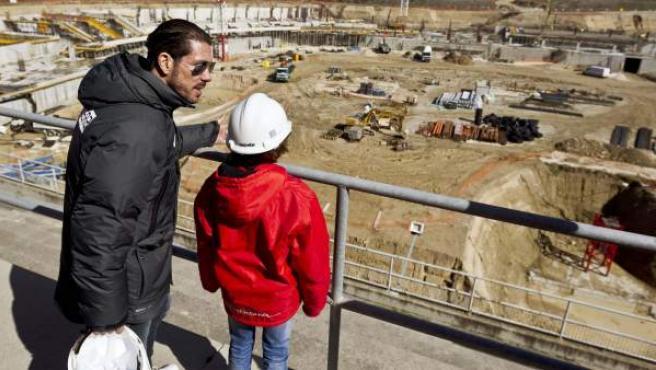 Diego Pablo Simeone le muestra a uno de sus hijos las obras de La Peineta, el nuevo estadio del Atlético de Madrid de cara a 2016, a mediados de febrero de 2014.