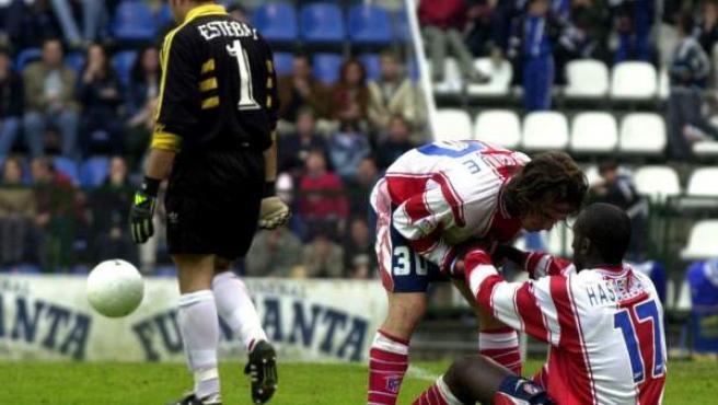 Luque consuela a Hasselbaink después de que se concretase el descenso del Atlético de Madrid a Segunda División tras empatar con el Oviedo en mayo de 2000.