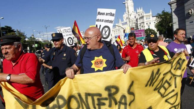La protesta, de carácter pacífico, ha estado encabezada por personas mayores, que han animado el ambiente con sus cánticos.