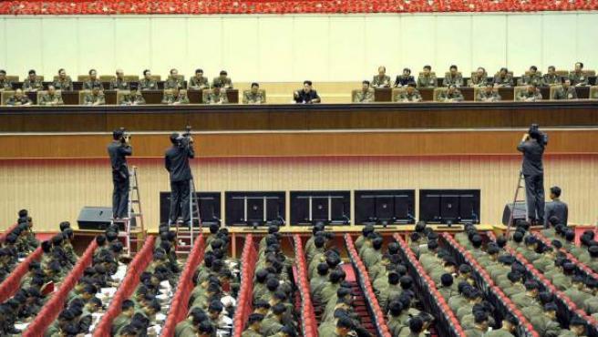 Fotografía suministrada por el diario norcoreano del dirigente Partido de los Trabajadores, Rodong Sinmun, que muestra al líder de Corea del Norte, Kim Jong-un (en el centro), mientras lidera una asamblea para comandantes del Ejército en Pyongyang (Corea del Norte).
