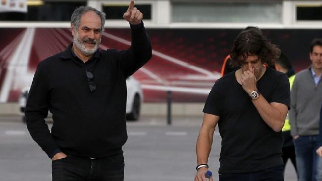 El central barcelonista Carles Puyol, acompañado del director deportivo del club, Andoni Zubizarreta (i).
