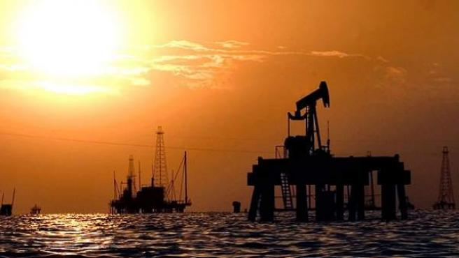 Instalaciones petrolíferas en el Lago de Maracaibo, Venezuela, en una imagen de noviembre de 2007.