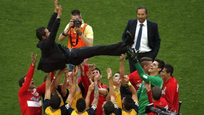 Diego Pablo Simeone es manteado por sus jugadores tras proclamarse campeones de Liga.