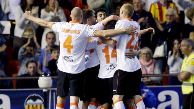 Los jugadores del Valencia CF celebran el segundo gol del equipo, conseguido por el argentino Pablo Piatti.