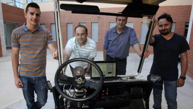 Cuatro ingenieros en Telecomunicaciones de la Universidad de Alicante han inventado un novedoso dispositivo que permite a vehículos convencionales o industriales, ya existentes en el mercado, circular sin conductor de manera autónoma, inteligente y con capacidad de sortear obstáculos a un bajo coste y con tecnología española.