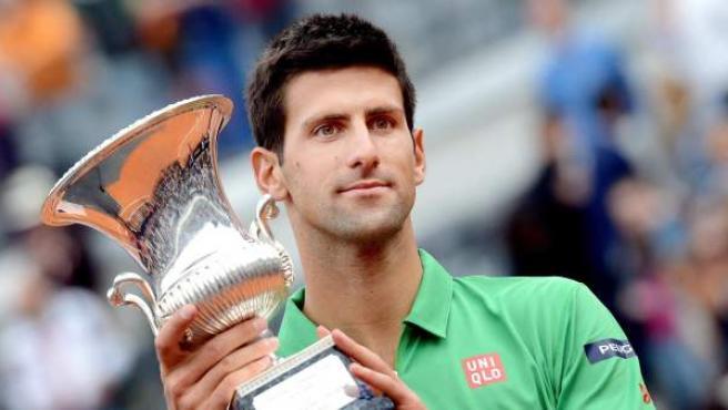 Novak Djokovic, con el trofeo de campeón del Masters 1000 de Roma.