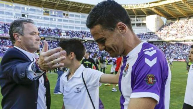 El entrenador del Valladolid Juan Ignacio Martínez (i) consuela a sus jugadores tras perder ante el Granada y consumar su descenso a Segunda.