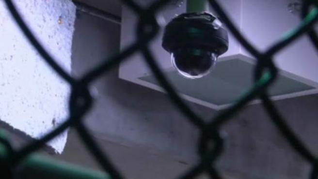 Una cámara de seguridad vigila los pasillos de una cárcel.
