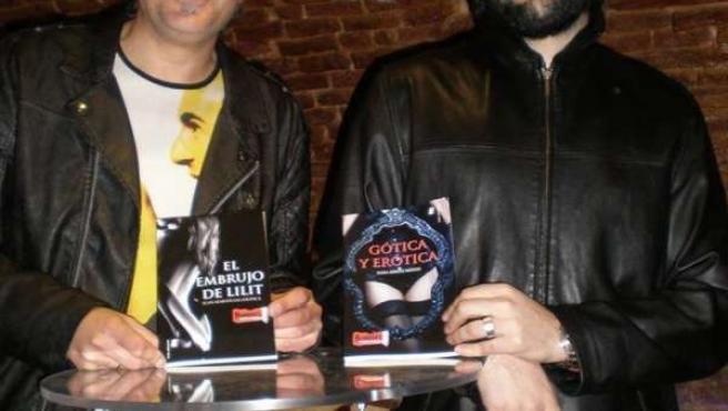 Dioni Arroyo (I) y Juan Martín Salamanca (D) posan con la novela del otro
