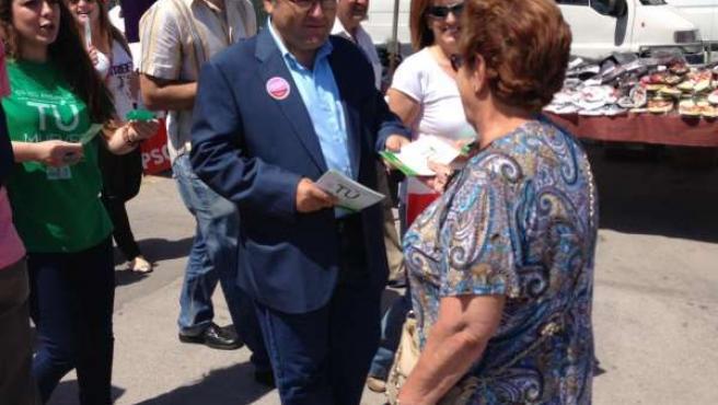 Heredia (PSOE-A) en un reparto electoral