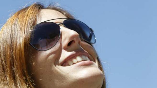 Una chica con gafas de sol.