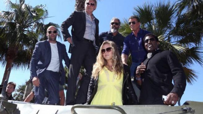 Fotos del día: Stallone y sus Mercenarios cruzan Cannes en tanque