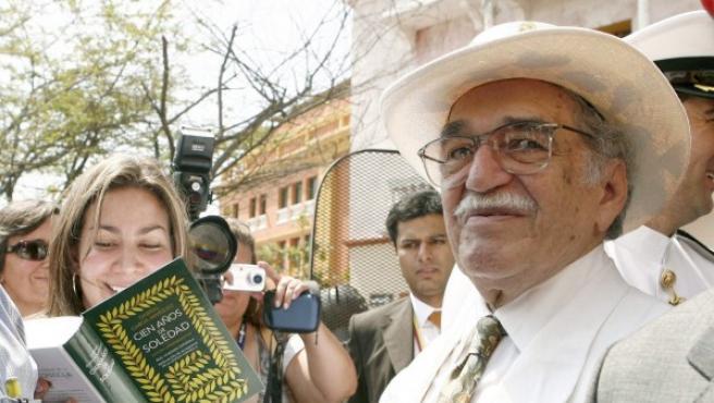 """Fotografía de archivo del 26/03/07 del Premio Nobel de Literatura Gabriel García Márquez, firmando ejemplares de la edición especial de su obra """"Cien años de soledad""""."""