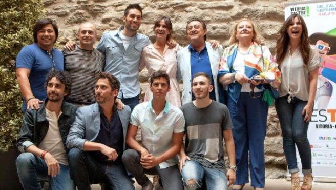 """Los actores de la serie de Telecinco """"Aída"""", entre ellos Paco León (2i, abajo), Melanie Olivares (c, arriba) y Pepe Viyuela (2i, arriba), posan antes de la presentación del capítulo 200, dentro del Festival de Televisión y Radio 'FesTVal' deVitoria."""
