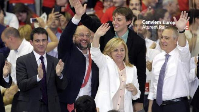 La candidata del PSOE, Elena Valenciano; el primer ministro francés, Manuel Valls; el candidato de los socialistas europeos, Martin Schulz; y el líder del PSC, Pere Navarro durante el acto central de la campaña europea del PSC.