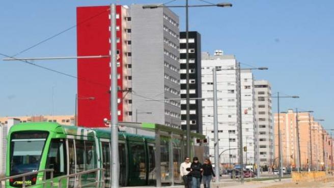 El tranvía de Parla discurriendo por uno de los nuevos desarrollos del municipio en una foto de archivo