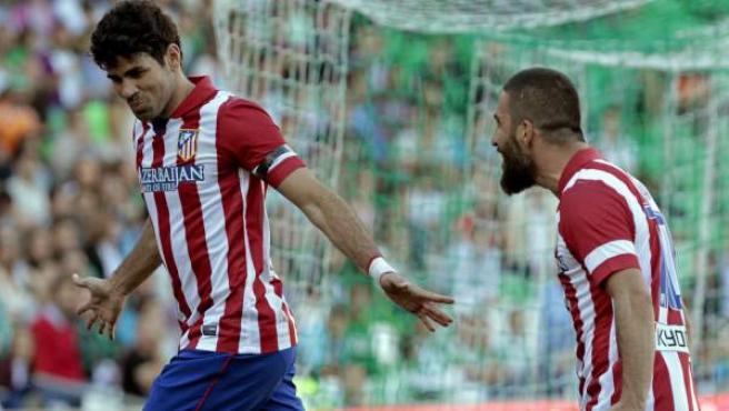 Diego Costa celebra su gol en el Betis - Atlético junto a Arda Turan.