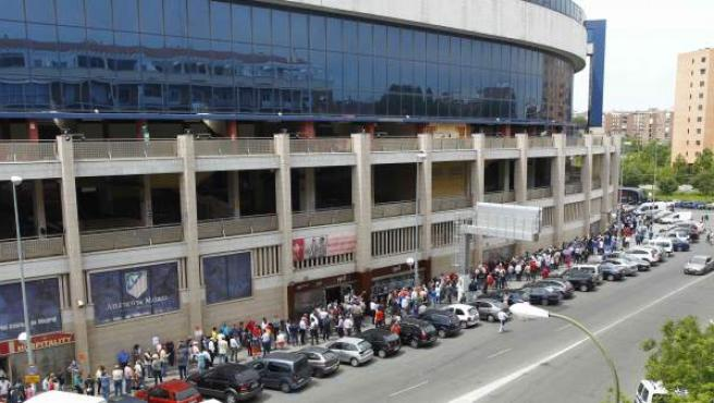 La afición rojiblanca rodea el Calderón para conseguir una entrada para la final de Champions.
