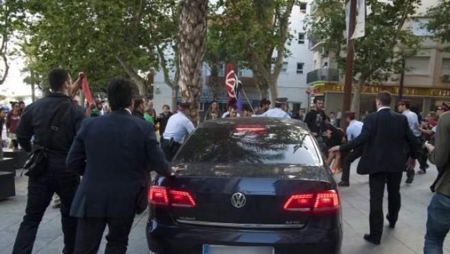 Unos 50 manifestantes violentos han agredido a algunos militantes del PP y han arrojado objetos contra el coche oficial de Montoro y de la líder del PPC.