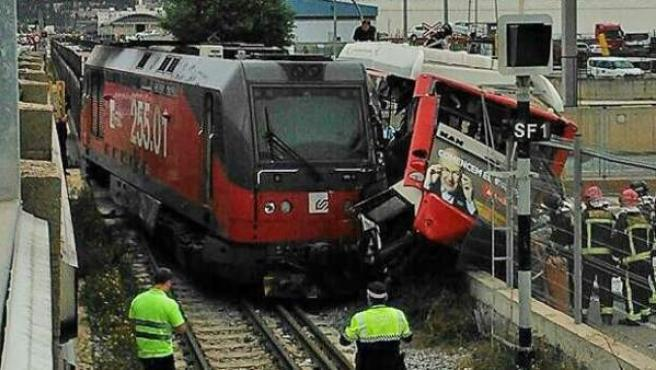 Un tren de mercancías chocó en un paso a nivel con un autobús urbano de Barcelona.