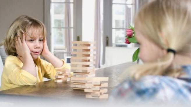 Unos niños jugando en su casa.