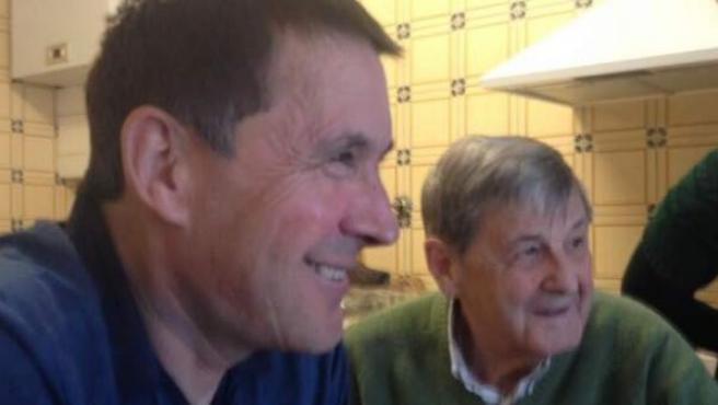 """Fotografía de Otegi con su padre publicada en twitter. """"En casa con mi padre, cinco años después""""."""