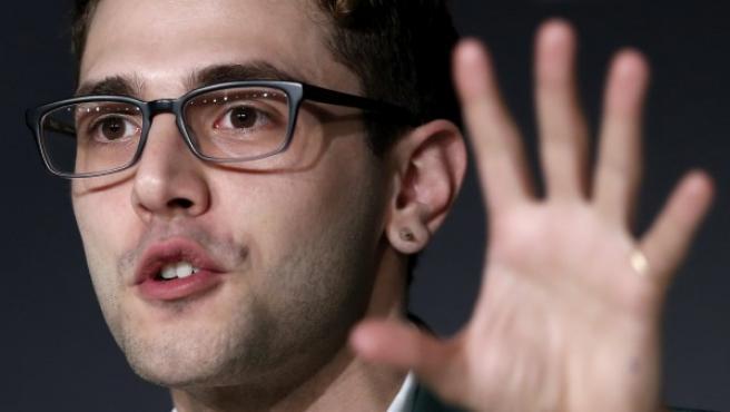 El director de cine canadiense Xavier Dolan responde durante la rueda de prensa de su película 'Mommy' dentro del 67 Festival de Cannes (Francia).