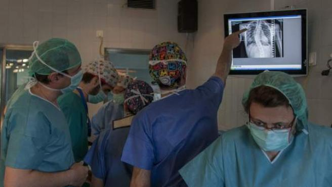 Un momento de la operación de Fabiana en el Hospital Virgen del Rocío de Sevilla, donde se ha practicado una técnica nueva por pimera vez en Europa para tratar la escoliosis.