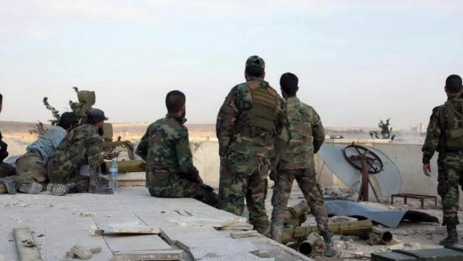Fotografía facilitada por la agencia de noticias siria árabe SANA, que muestra a varios soldado en la azotea de una prisión siria.