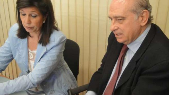 El ministro del Interior, junto a la presidenta del PP en Lleida, Dolors López