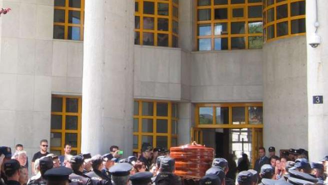 El féretro del agente fallecido entra en la Comisaría Málaga