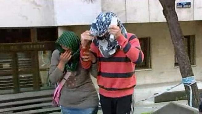 'El Rafita' sale acompañado de su madre y cubierto con un pañuelo de dependencias judiciales donde ha permanecido un día y medio tras estar en busca y captura desde agosto de 2011.