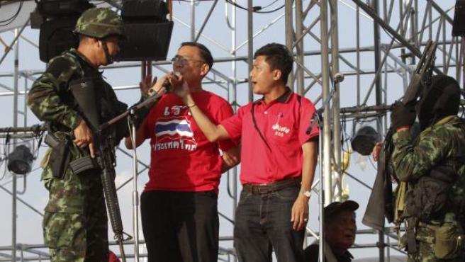 """Un soldado tailandés arresta a Weng Tojirakarn (2º izq), uno de los líderes de los """"camisas rojas"""" progubernamentales, y a un camarada a las afueras de Bangkok (Tailandia) tras declarar el ejército un golpe de estado."""