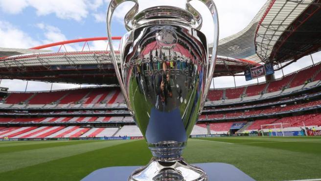 El trofeo de la Copa de Europa ya está en el estadio Da Luz de Lisboa. Por él lucharán el Real Madrid y el Atlético de Madrid.