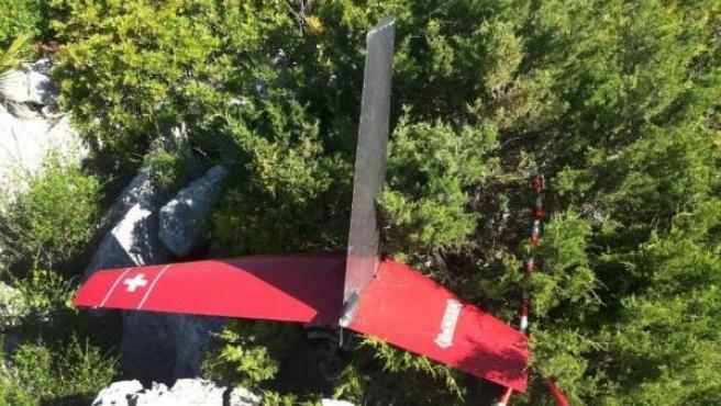 Fotografía facilitada por el Consorcio de Bomberos de Málaga de los restos de un helicóptero tras un accidente.