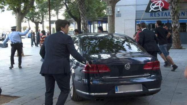 El coche del ministro de Hacienda, Cristóbal Montoro, y de la líder del PPC, Alicia Sánchez-Camacho a la salida del mitin del PPC en Vilanova i la Geltrú (Barcelona).