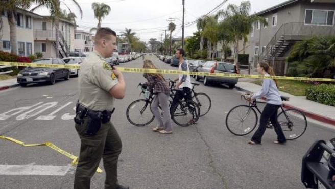 Un agente de policía en la zona universitaria de Isla Vista (Santa Bárbara, California), donde tuvo lugar un tiroteo.
