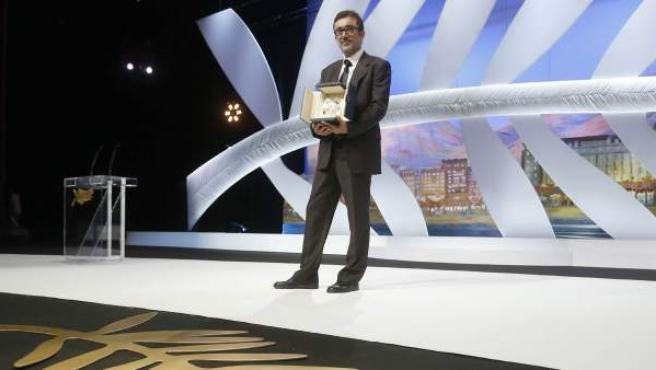 El director turco Nuri Bilge Ceylan posa con la Palma de Oro lograda por la película 'Winter Sleeps' en la ceremonia de la 67 edición del Festival de Cannes.
