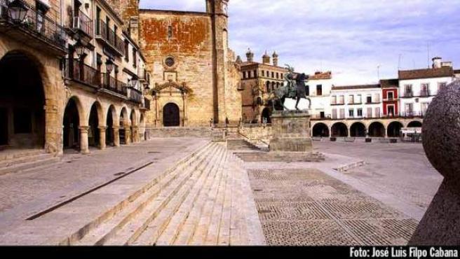 Vista de la Plaza Mayor con la estatua de Pizarro.