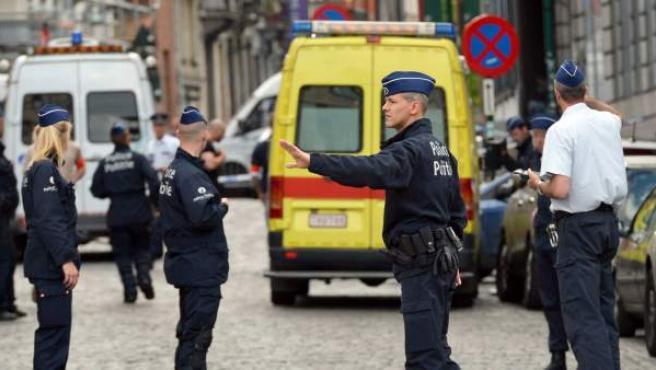 Agente de la policía belga acordona la zona próxima al Museo Judío de Bélgica, situado en pleno centro de Bruselas.
