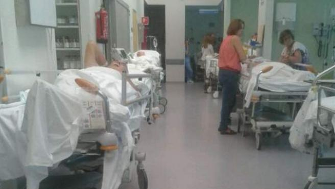 Pacientes esperando en los pasillos de Urgencias del Clínico de Madrid.